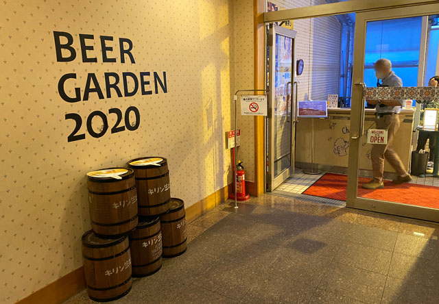 富山市中心市街地のANAクラウンプラザホテル富山で行われるビアガーデンの入り口