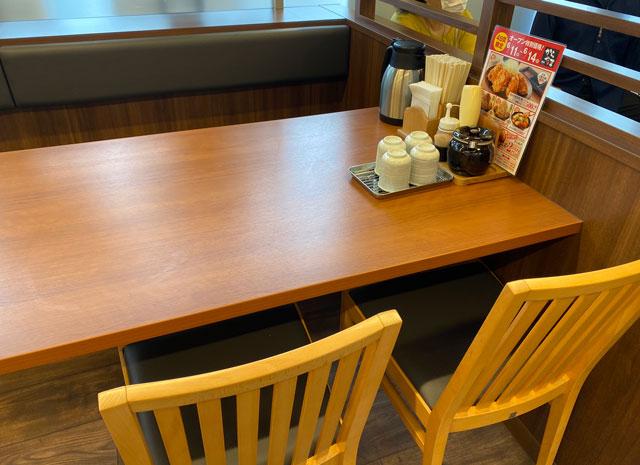 唐揚げ専門店からやま富山飯野店のテーブル席