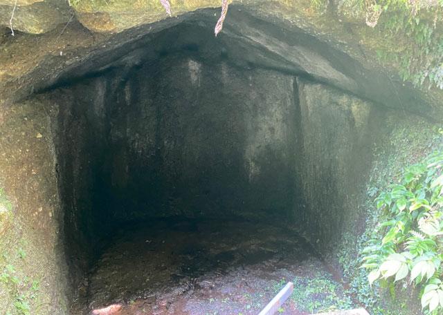 富山県上市町の「まま子滝」の洞窟