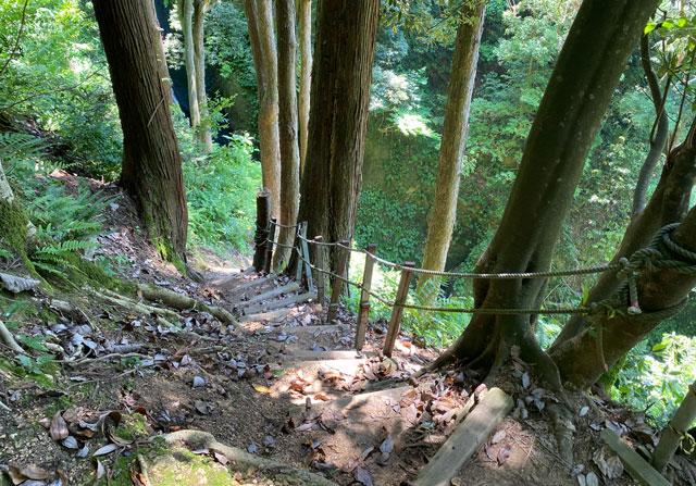富山県上市町の「まま子滝」の階段