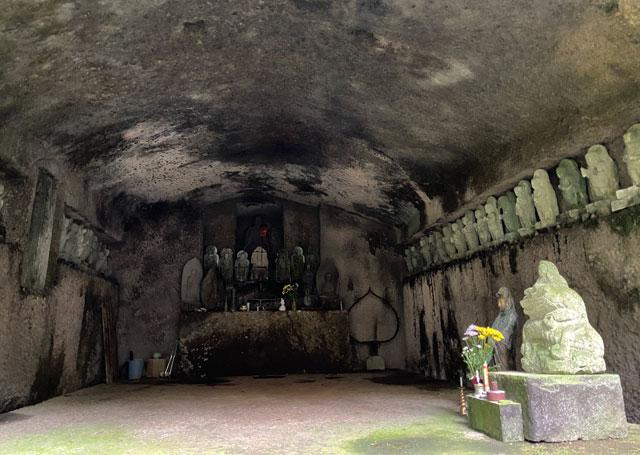 大岩山日石寺すぐ近くの千巌渓の奥之院行者窟