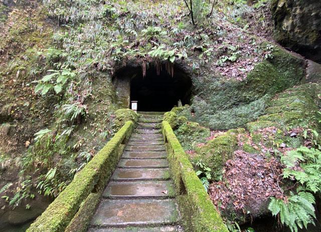 大岩山日石寺すぐ近くの千巌渓の奥之院行者窟への橋