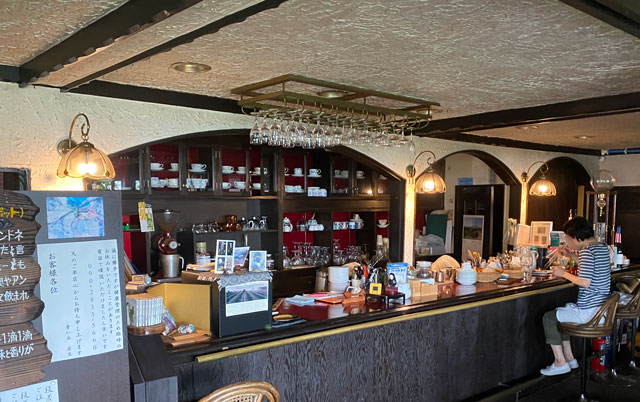 富山市呉羽山にある穴場カフェ喫茶店「青い丘(あおいおか)」のカウンター席