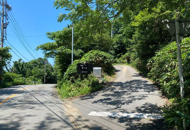 富山市呉羽山にある穴場カフェ喫茶店「青い丘(あおいおか)」に入る道