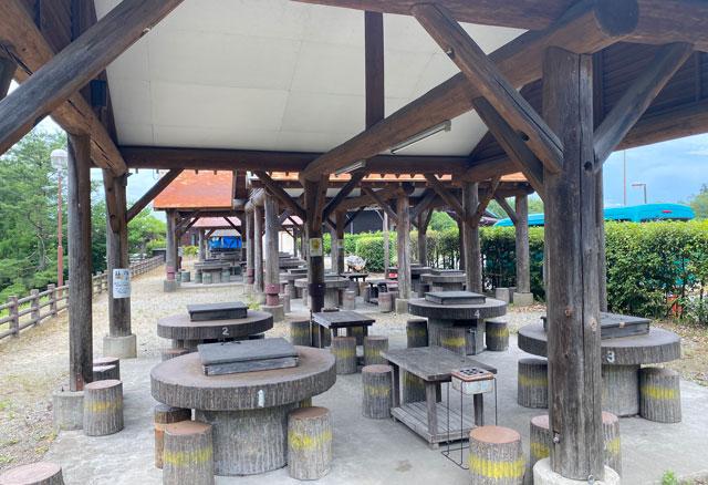 古洞の森のバーベキューコーナーのテーブルなど