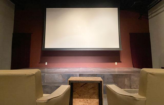 高岡市のミニシアターほとり座サテライト館の映画館内