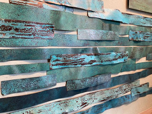 高岡市のミニシアターほとり座サテライト館のエントランスのオリイブルーの銅板