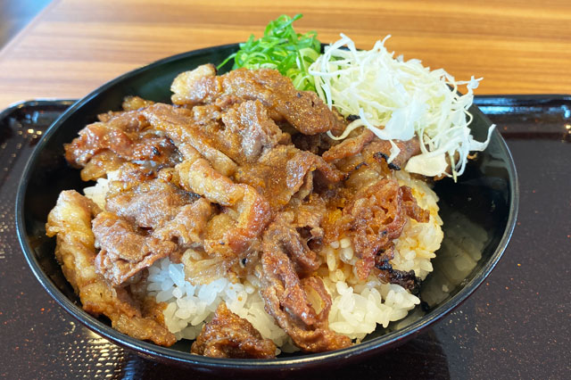 カルビ丼&スン豆腐専門店「韓丼」富山店のカルビ丼のアップ