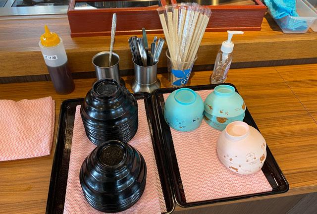 カルビ丼&スン豆腐専門店「韓丼」富山店の取り皿とごま油