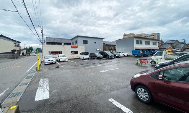 高岡市のラーメン屋「ラーメン誠や」の駐車場