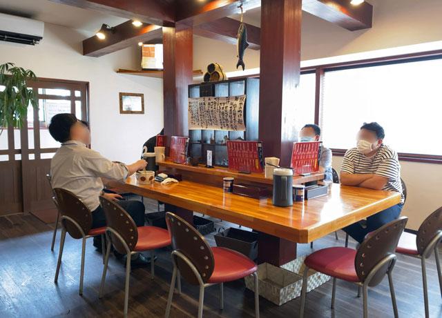 高岡市のラーメン屋「ラーメン誠や」のテーブル席