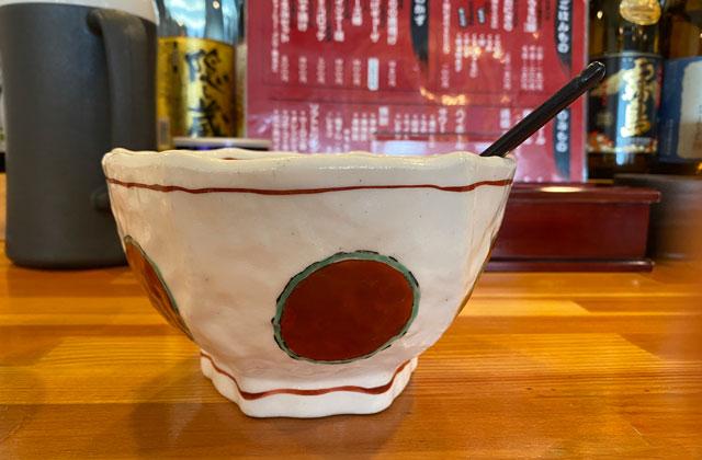 高岡市のラーメン屋「ラーメン誠や」の富山ブラックラーメンの器