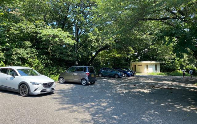 富山市呉羽山にある白鳥城展望台の駐車場