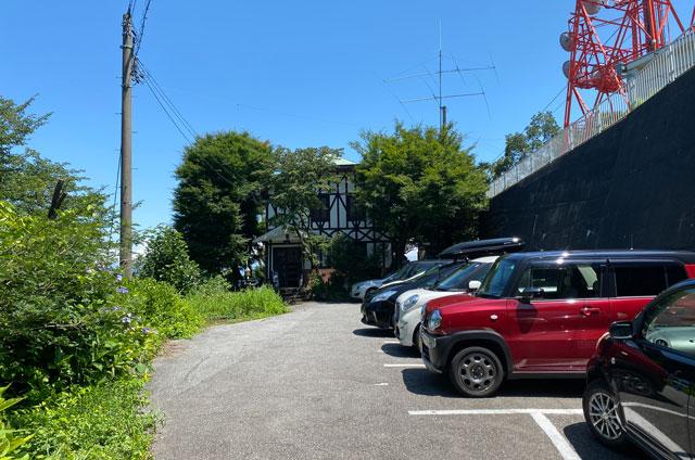 富山市呉羽山にあるコワーキングスペース「空の森」の駐車場
