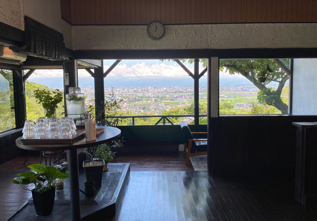 富山市呉羽城山のコワーキングスペース&カフェ「空の森」の店内からの景色