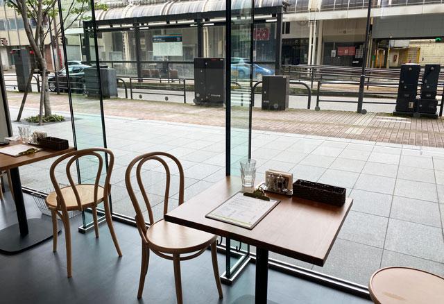 富山市の総曲輪ベース、CIBO(チーボ)のガラス張りの席
