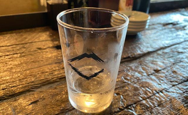 富山市の総曲輪ベース、酒場ヤマ富の水のグラス