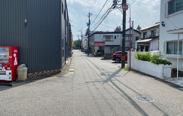富山市五福のカレー屋「インドの家庭の味 KEBAKO ケバコ」の前の通り