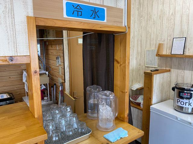 富山市五福のカレー屋「インドの家庭の味 KEBAKO ケバコ」の冷水セルフサービス