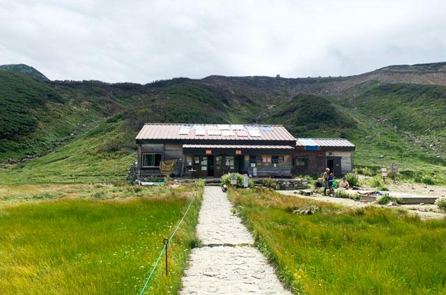 富山県立山の雷鳥沢キャンプ場の受付小屋