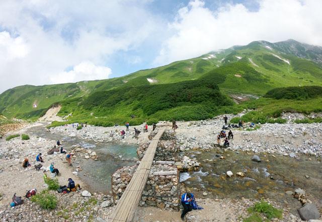 雷鳥沢キャンプ場の横を流れる称名川