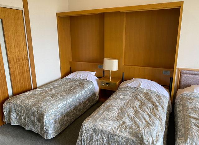 富山市のペットと泊まれる宿「ふれあいの里ささみね」の収納可能なベッド