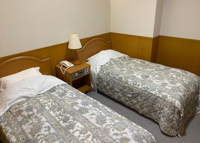 富山市のペットと泊まれる宿「ふれあいの里ささみね」のツインベッド