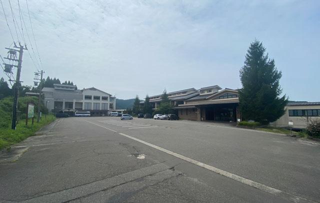 富山市のペットと泊まれる宿「ふれあいの里ささみね」の駐車場