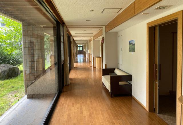 富山市のペットと泊まれる宿「ふれあいの里ささみね」の廊下
