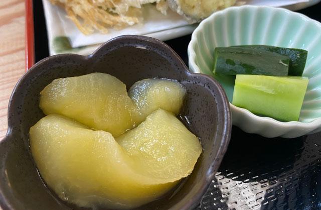 富山市山田清水にある蕎麦屋「そばそば峠」のリンゴのコンポート