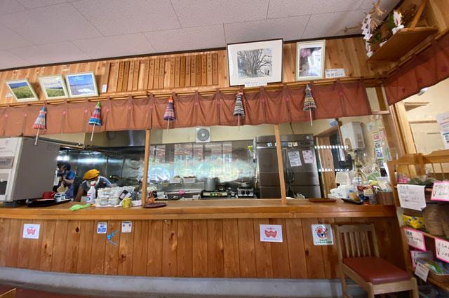 富山市山田清水にある蕎麦屋「そばそば峠」のカウンター