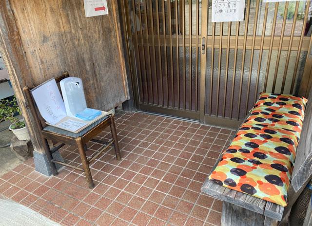 富山市山田清水にある蕎麦屋「そばそば峠」の入り口