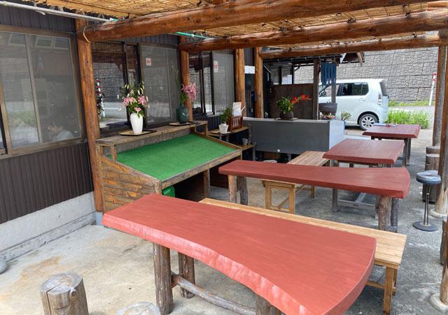 富山市山田清水にある蕎麦屋「そばそば峠」の外の席