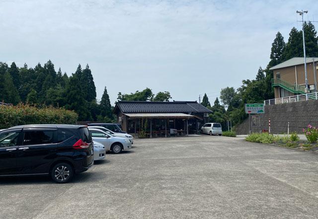 富山市山田清水にある蕎麦屋「そばそば峠」の駐車場