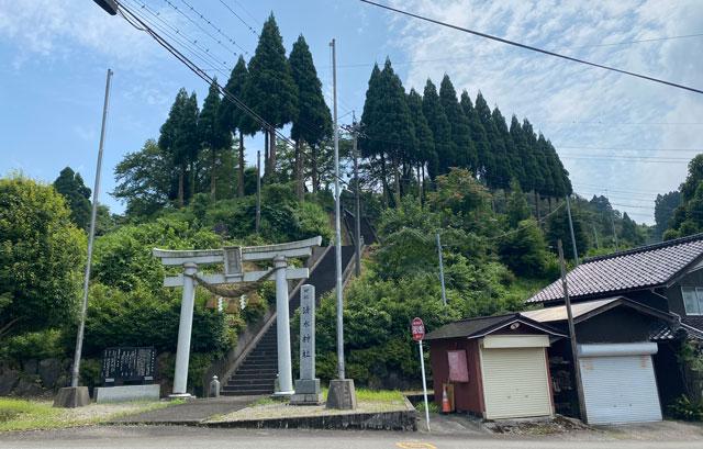 富山市山田清水にある蕎麦屋「そばそば峠」前の清水神社
