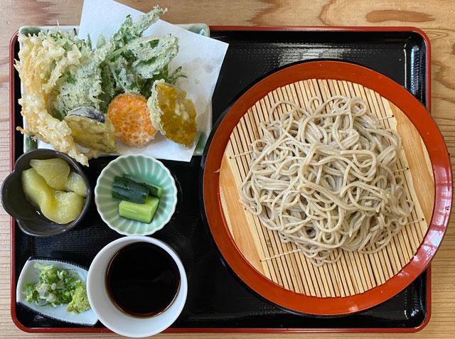 富山市山田清水にある蕎麦屋「そばそば峠」の峠の天そばセット