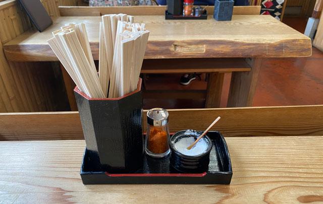 富山市山田清水にある蕎麦屋「そばそば峠」の塩などの薬味