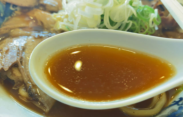 大喜根塚店の富山ブラックラーメンのブラウン色のスープ