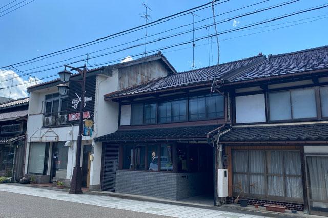 富山県南砺市井波のベッドアンドクラフトのLOUNGE(ラウンジ)外観