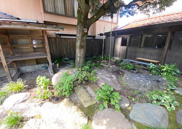 富山県南砺市井波のベッドアンドクラフトのRoKu(ロク)庭