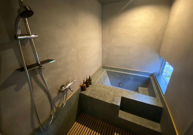 富山県南砺市井波のベッドアンドクラフトRoKu(ロク)の石の風呂