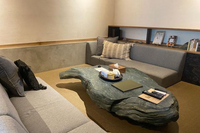 富山県南砺市井波のベッドアンドクラフトRoKu(ロク)のリビングの石のテーブル