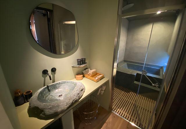 富山県南砺市井波のベッドアンドクラフトRoKu(ロク)の石の洗面所と風呂