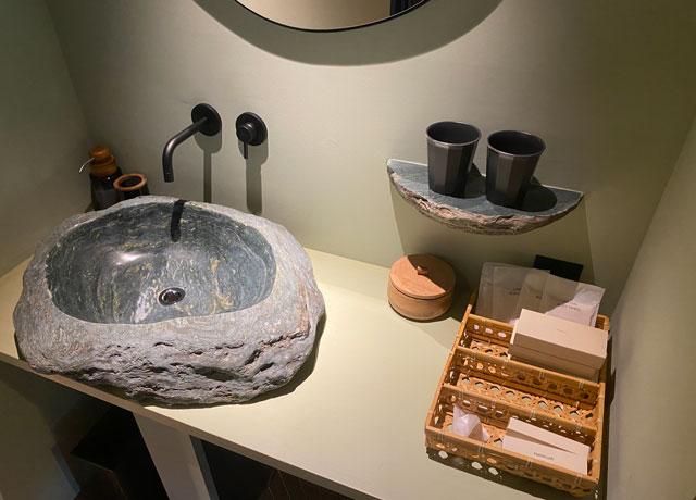 富山県南砺市井波のベッドアンドクラフトRoKu(ロク)の石の洗面所