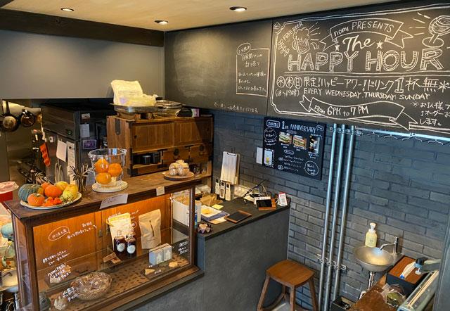 富山県南砺市井波のベッドアンドクラフトのカフェ「nomi(ノミ)」の注文カウンター