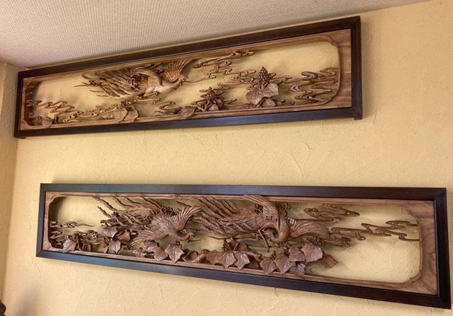 富山県上市町大岩エリアの人気素麺屋「ドライブイン金龍」の店内の井波彫刻の欄間