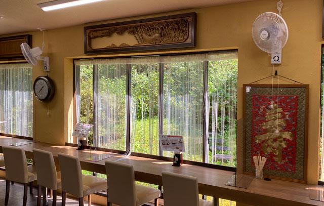富山県上市町大岩エリアの人気素麺屋「ドライブイン金龍」の窓の素麺