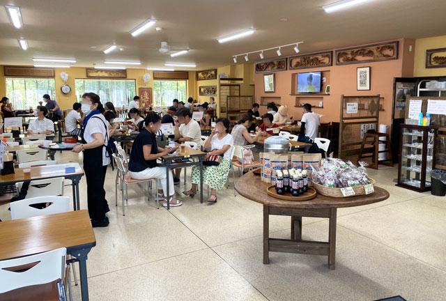 富山県上市町大岩エリアの人気素麺屋「ドライブイン金龍」の店内の様子
