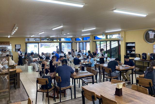 富山県上市町大岩エリアの人気素麺屋「ドライブイン金龍」の奥から見た店内の様子