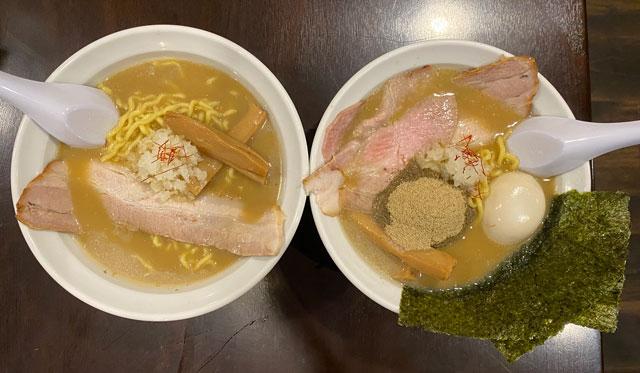 富山市桜木町のラーメン屋「ラーメン幵(けん)」の煮干しラーメンと煮干しラーメンDX